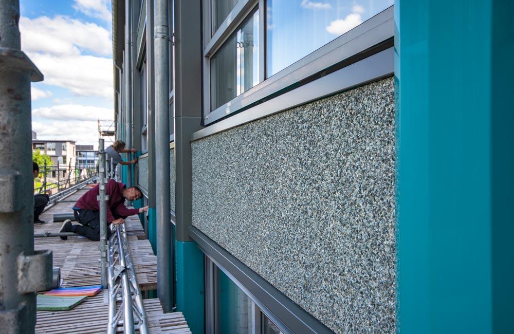 Foliedekoration på Boligkontoret Fredericias facade closeup